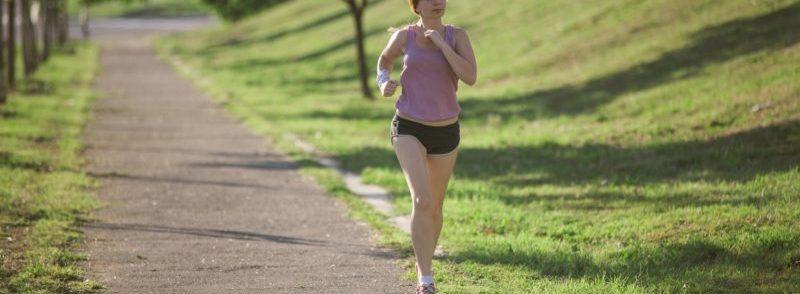 ジョギングして身体を動かす