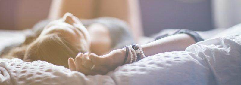 寝る姿勢で腰への負担が変わります