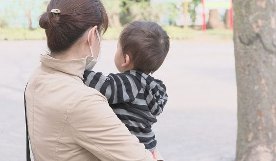 赤ちゃんを抱えているだけでも腰には負担がかかる