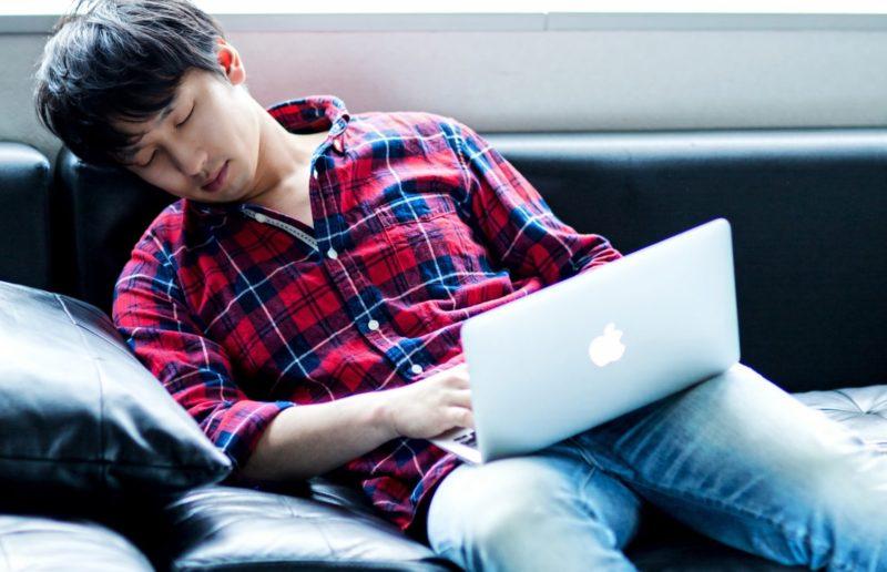 柔らかいソファーの上で寝ると首や腰が痛くなる