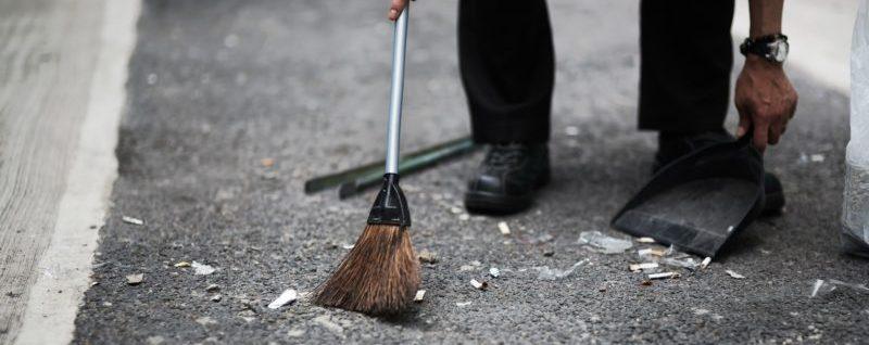 中腰になってゴミ掃除をするのは腰に負担をかける