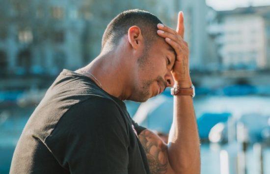 緊張型頭痛の男性