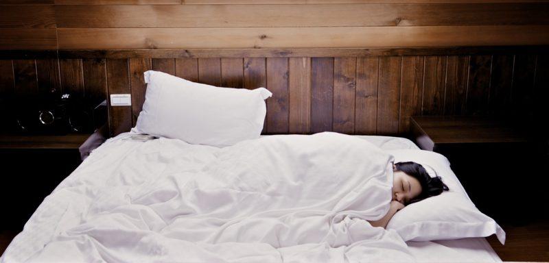 高反発マットレスで寝ている