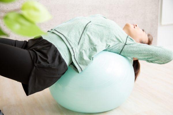 バランスボールで背骨を伸ばす