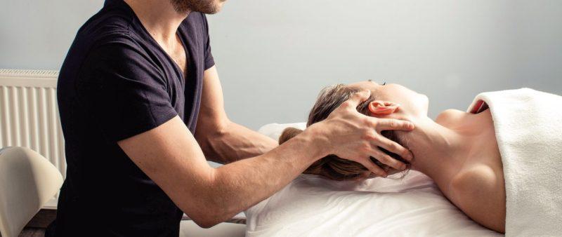 頭痛に対する整体の施術風景