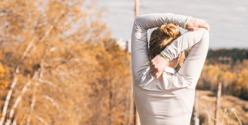 首や肩周りをストレッチして肩こりを予防する