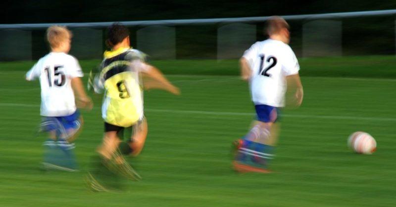 サッカーをする子ども