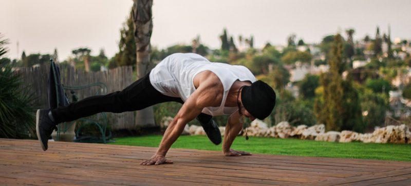 体幹を鍛える男性
