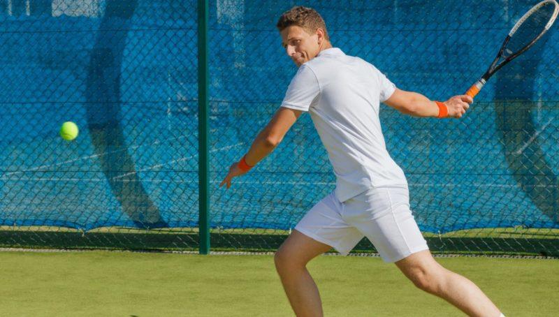 腰を捻るスポーツのテニス